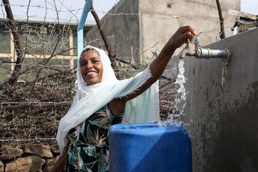 Éthiopie, femme récupère l'eau potable, village de Wolenchiti   Collectif Eco-Solidaire Corée Taïwan